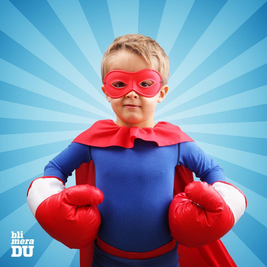 Pojke som är superhjälte med röda boxhandskar