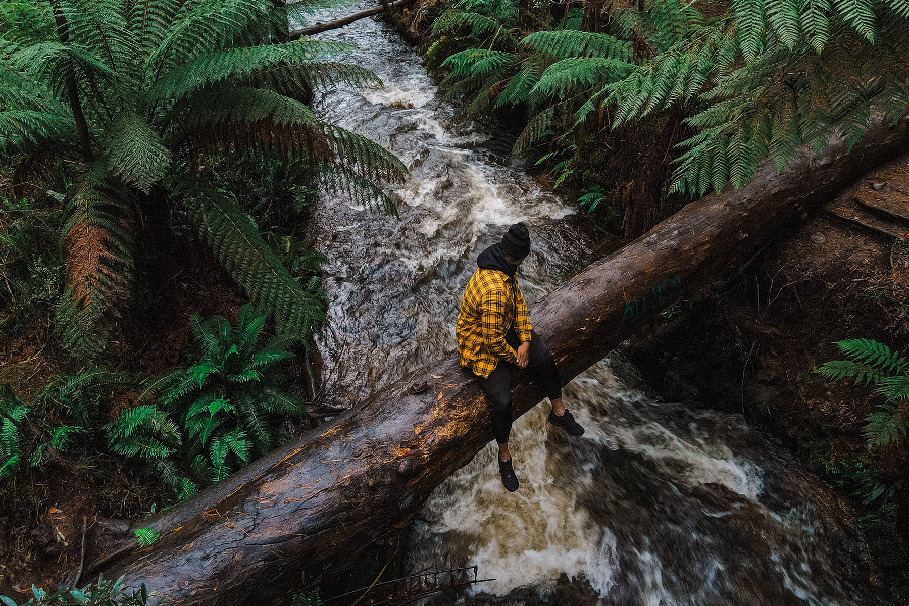 Man som tränar mindfulness i skogen