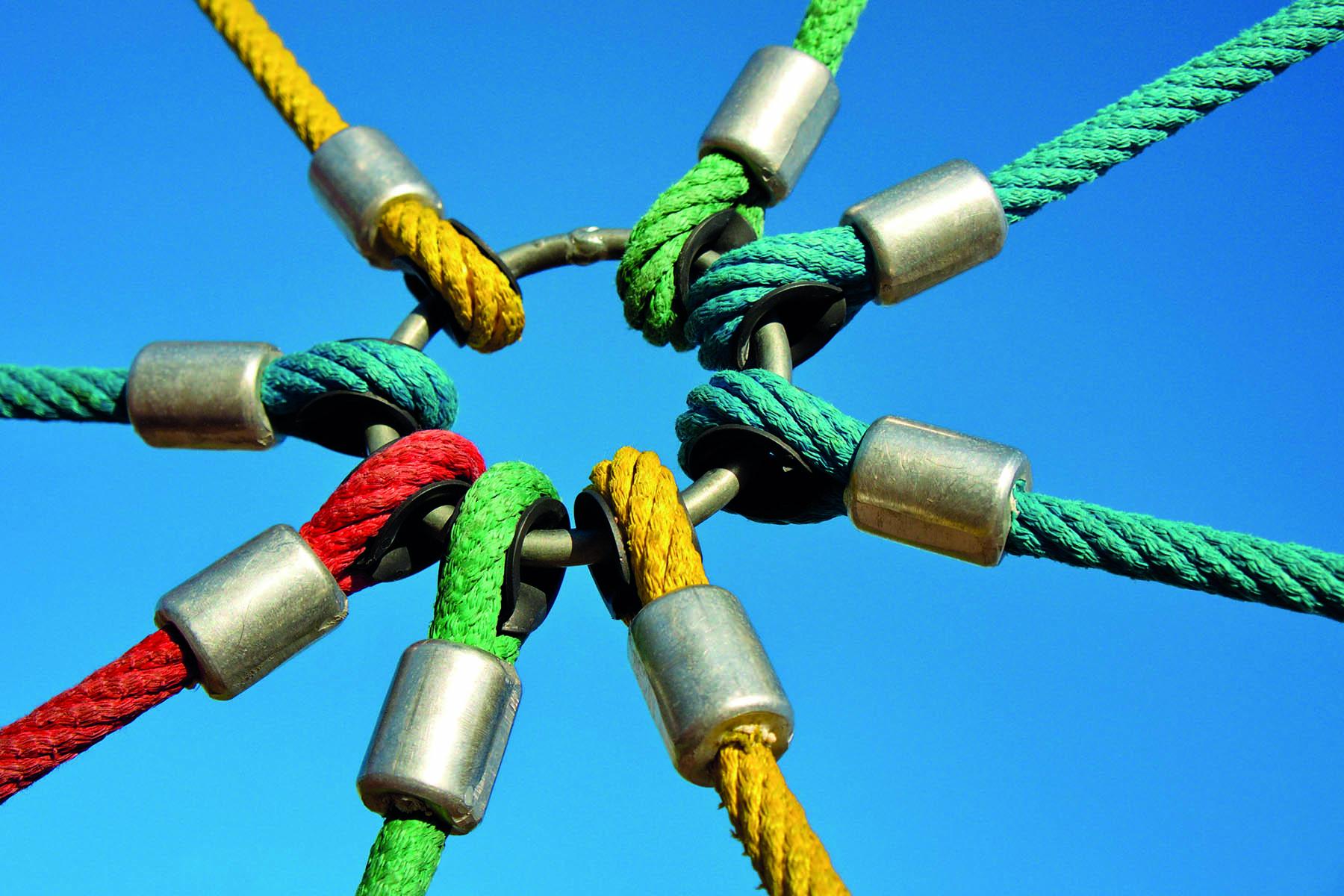 8 rep som sitter fast i en stålring