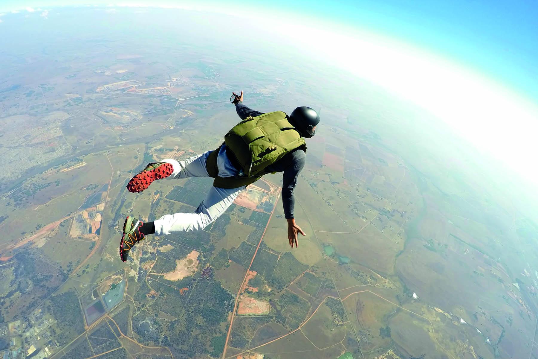 Man som har kastat sig ut i ett fallskärmshopp