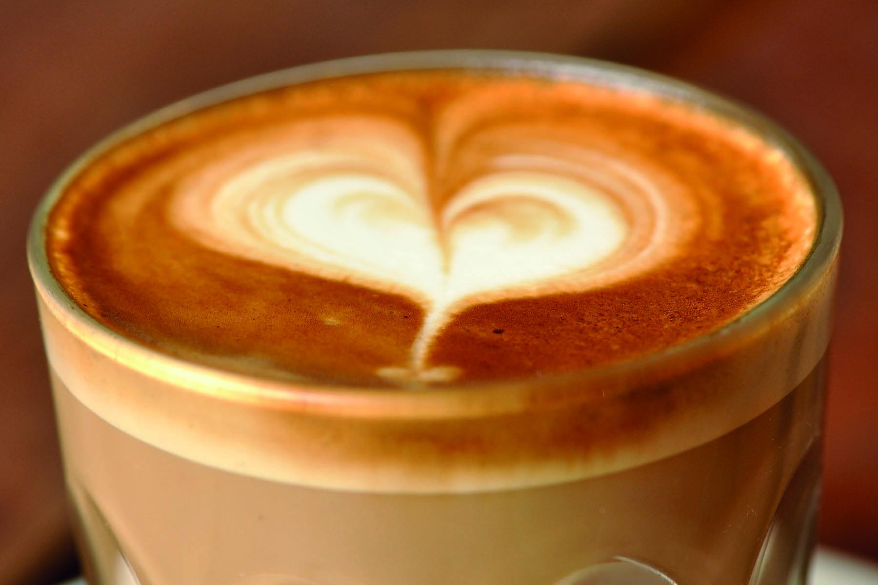 En caffe latte med hjärtmönster
