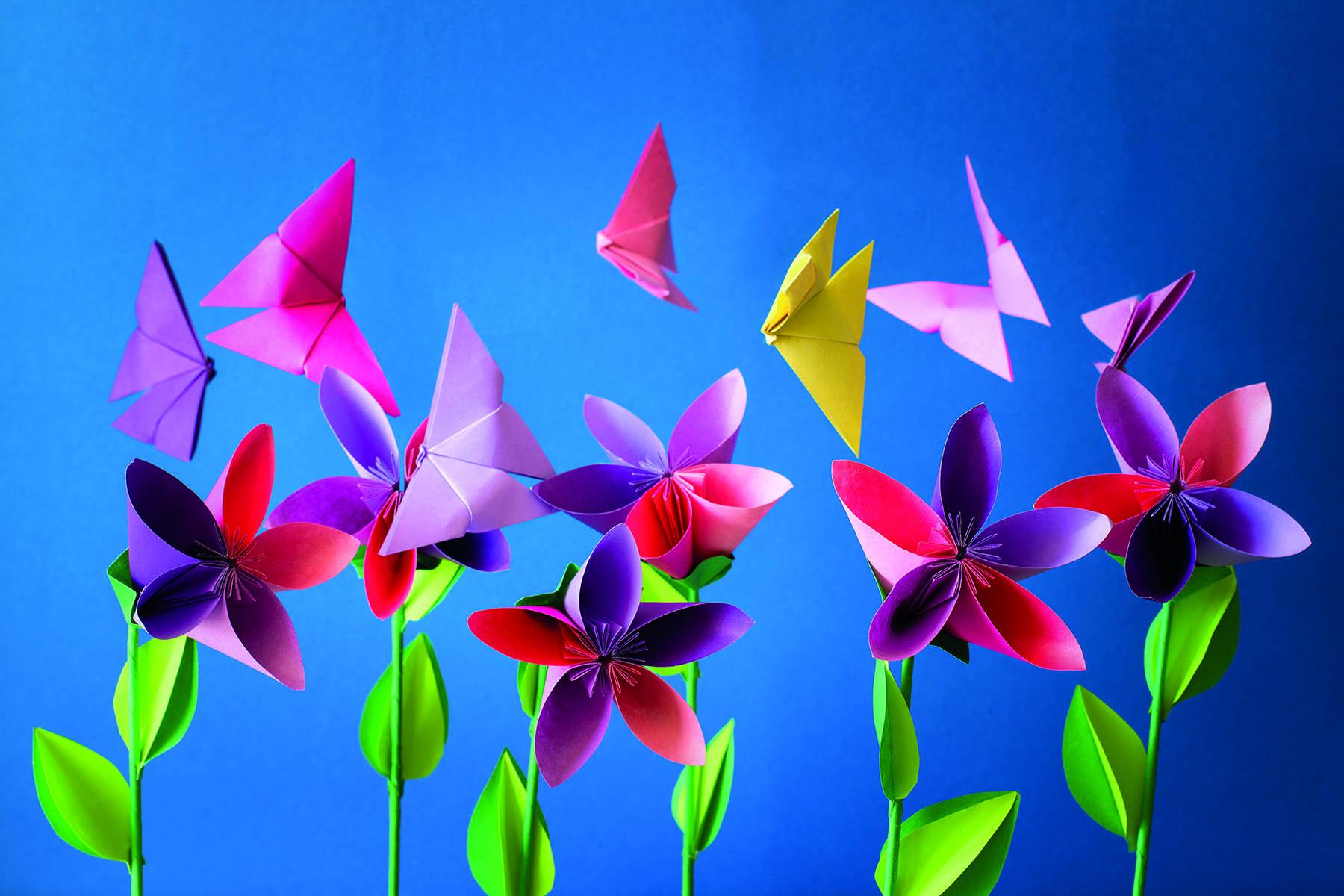 Pappersvikta blommor och fjärilar i olika färger