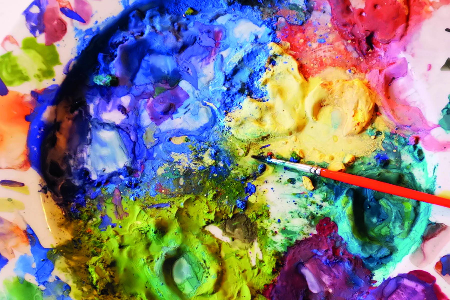 En målarfärgspalett med pensel