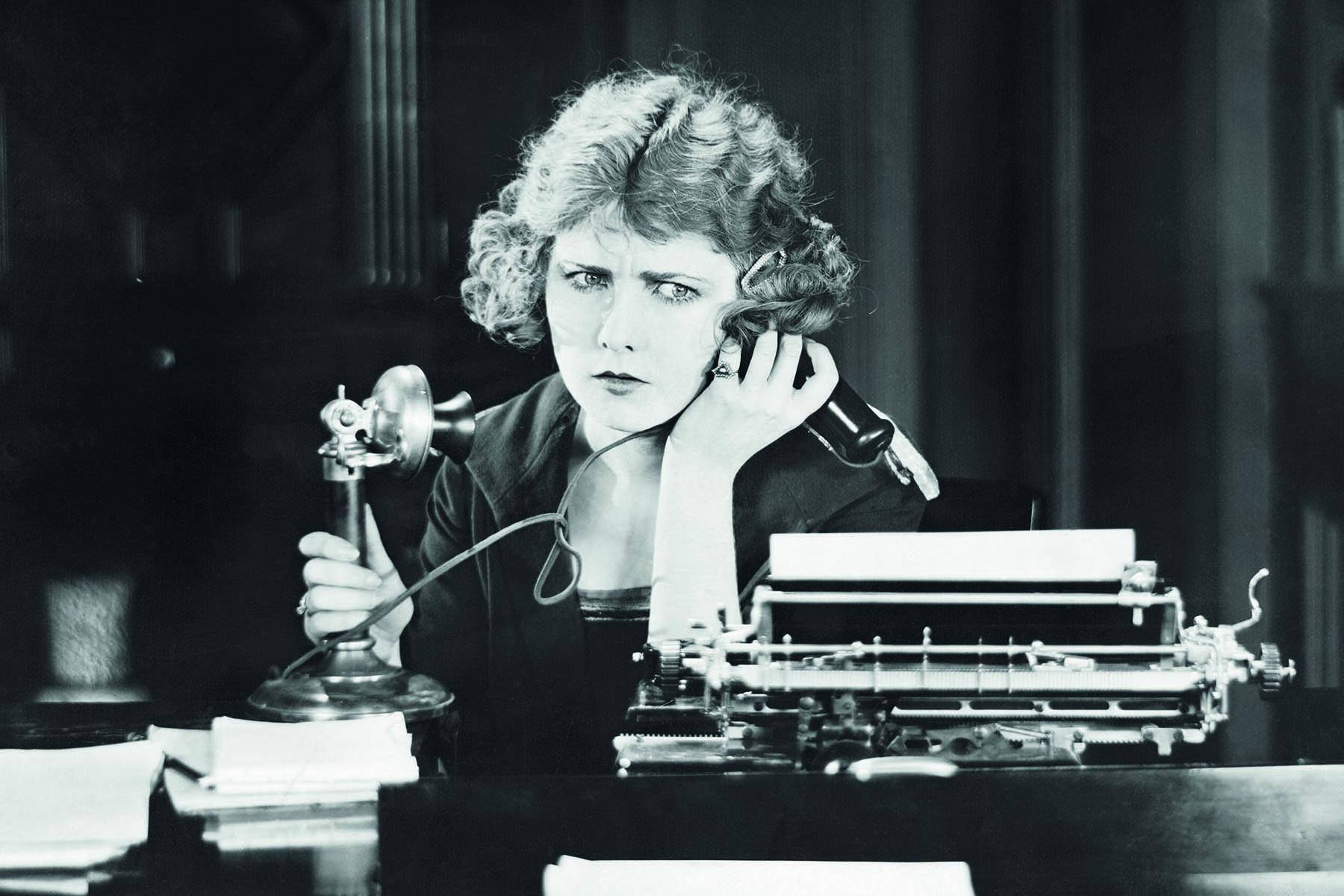 Retrofoto på en kvinna talande i telefon