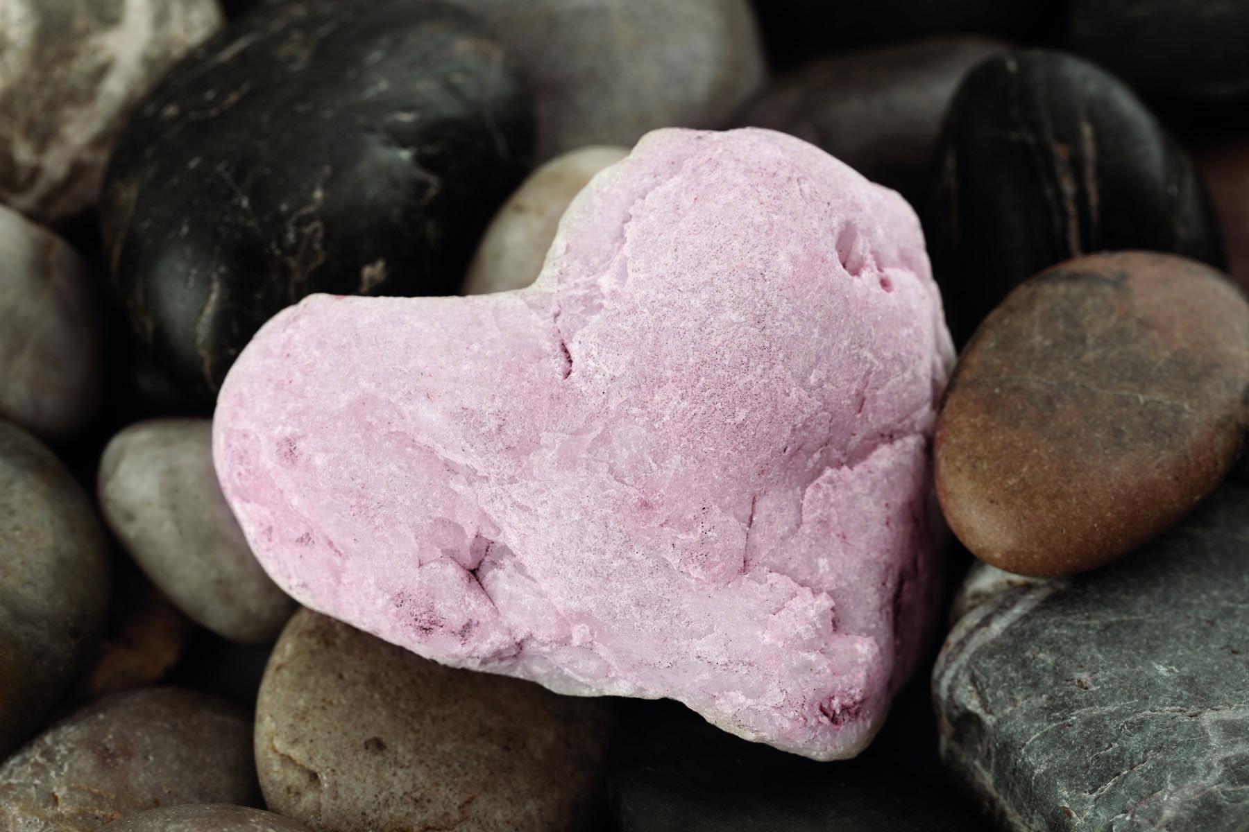 En rosa sten format som ett hjärta