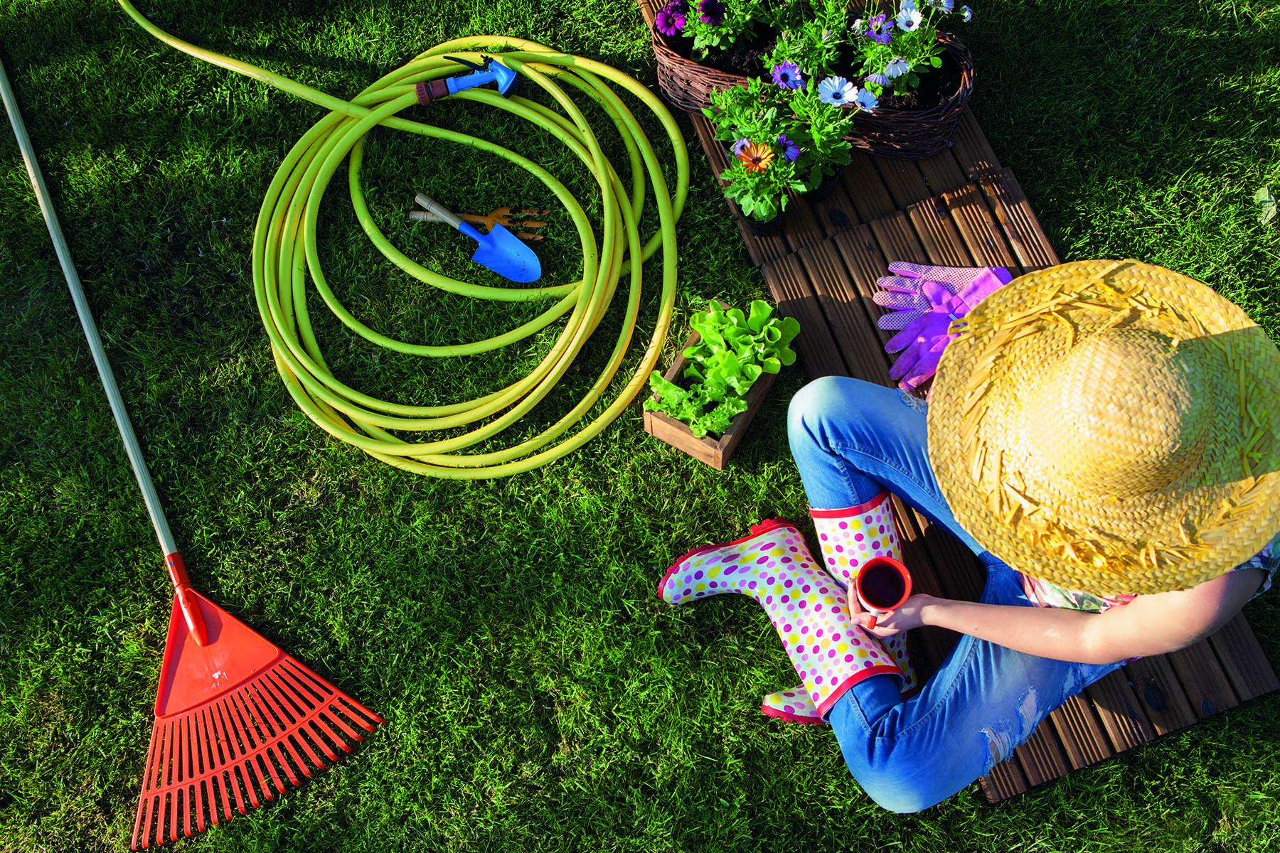 Kvinna pausar i sitt trädgårdsarbete