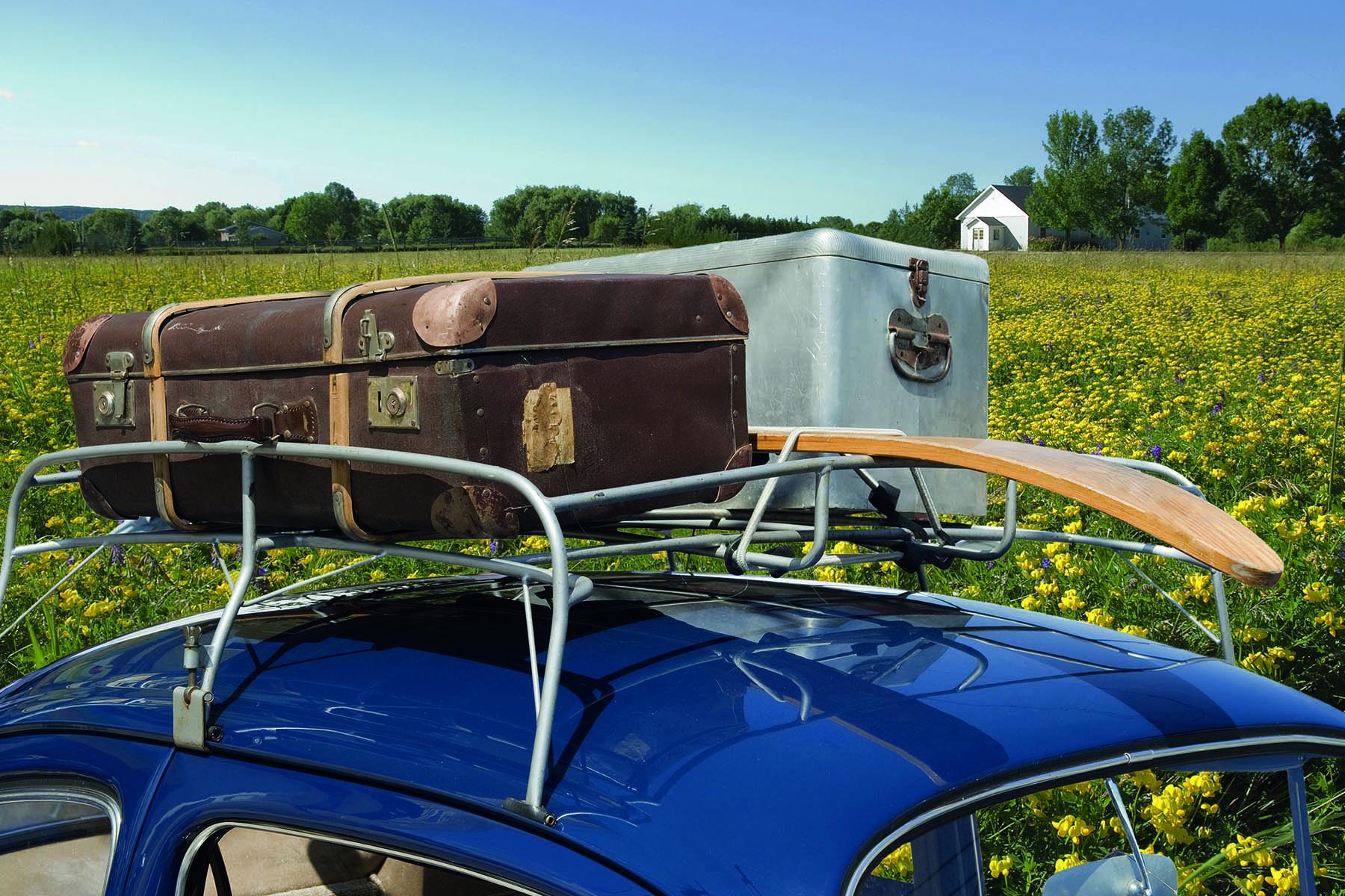 Gamla resväskor lastade på ett biltak