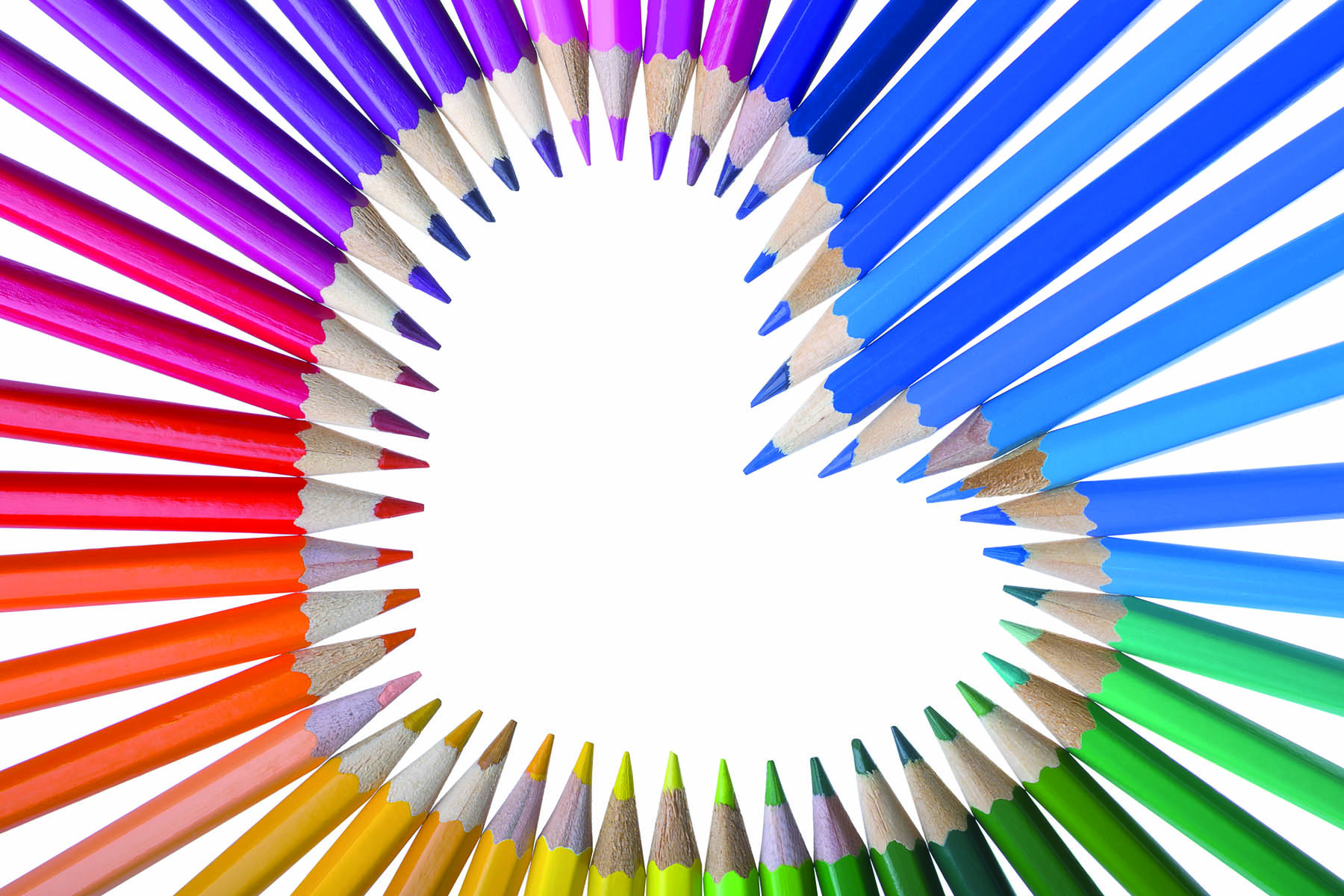 Spetsarna på färgade blyertspennor bildar ett hjärta