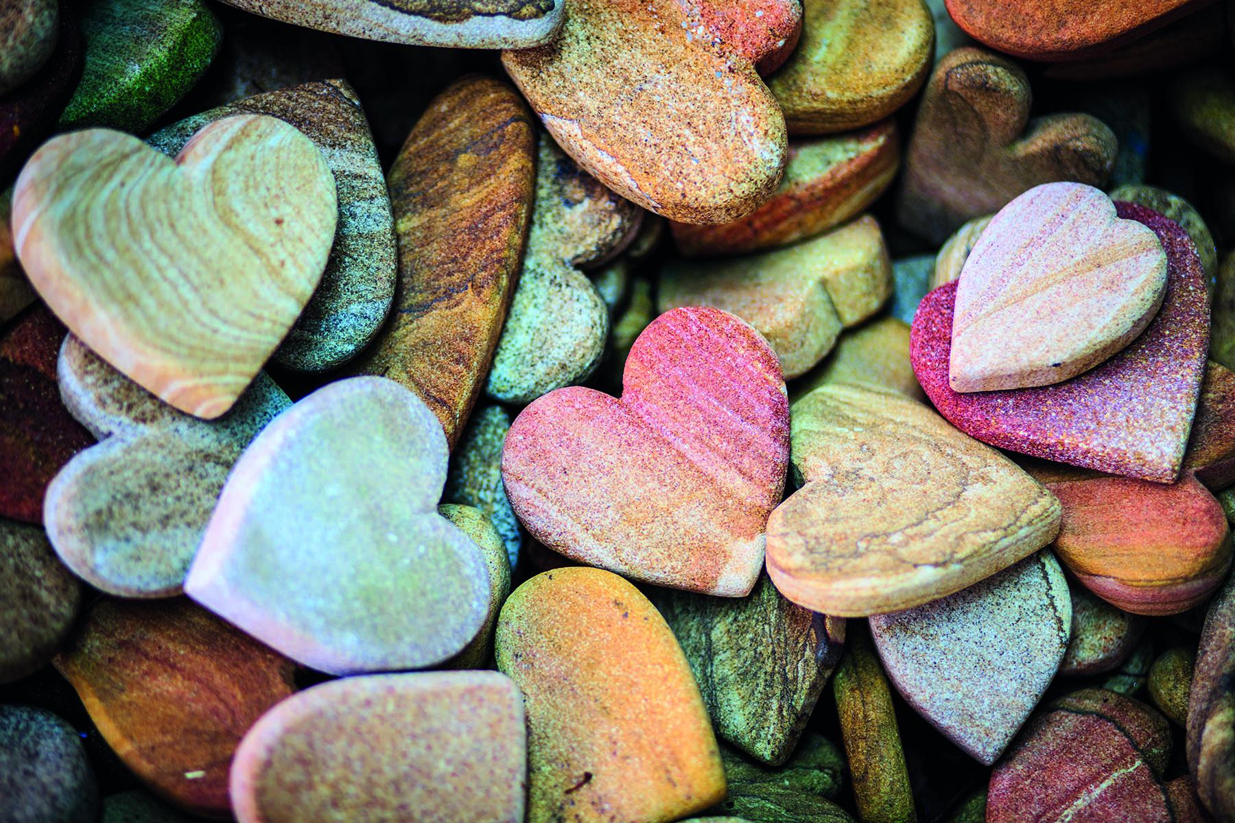 Stenar som är formade som hjärtan i en hög
