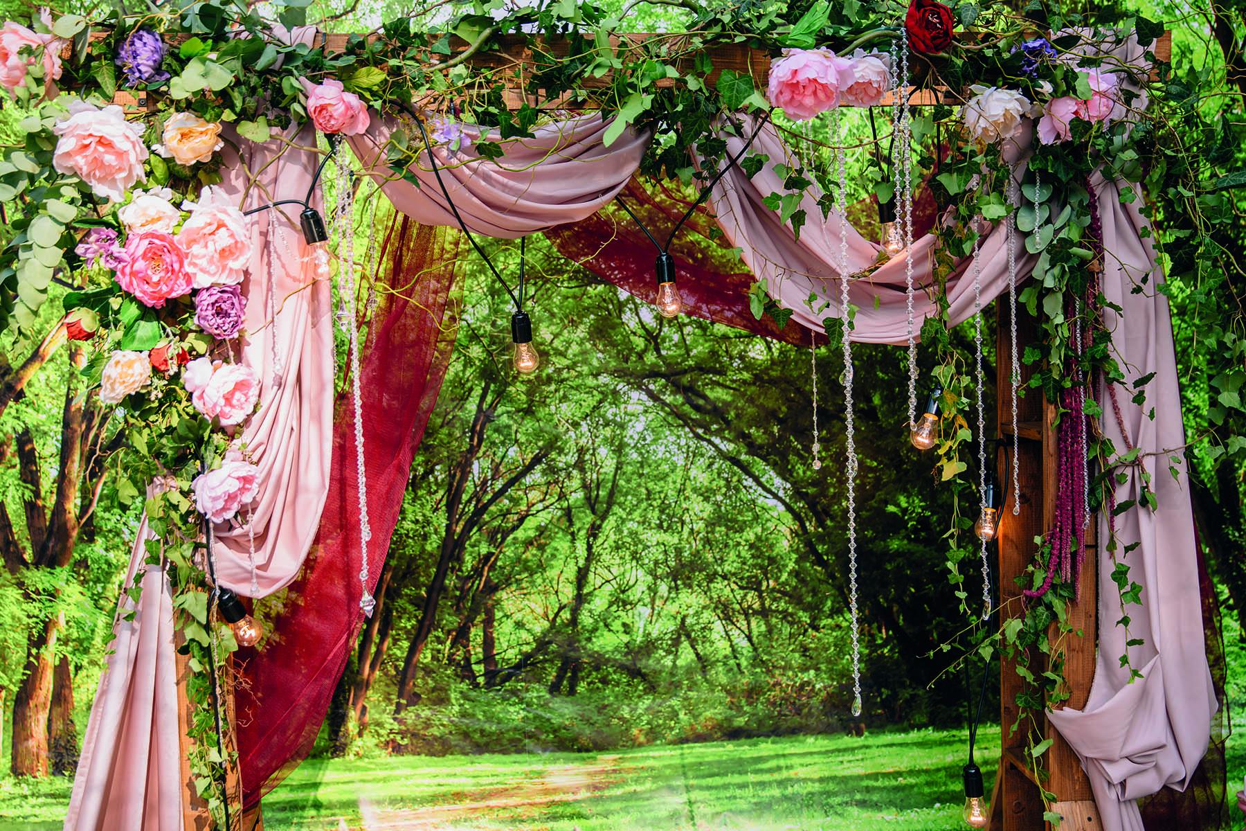 Bröllopsportal i trädgård