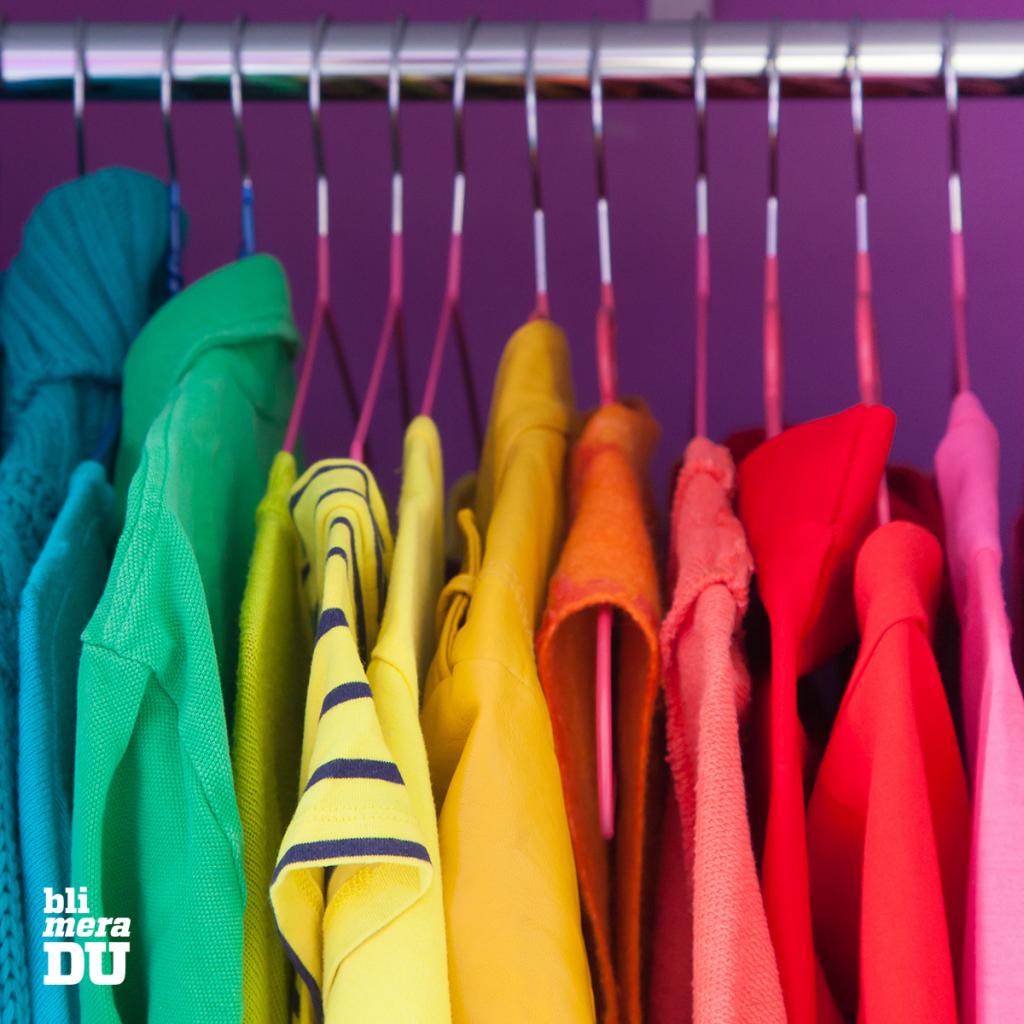 Färgglada kläder på klädstång