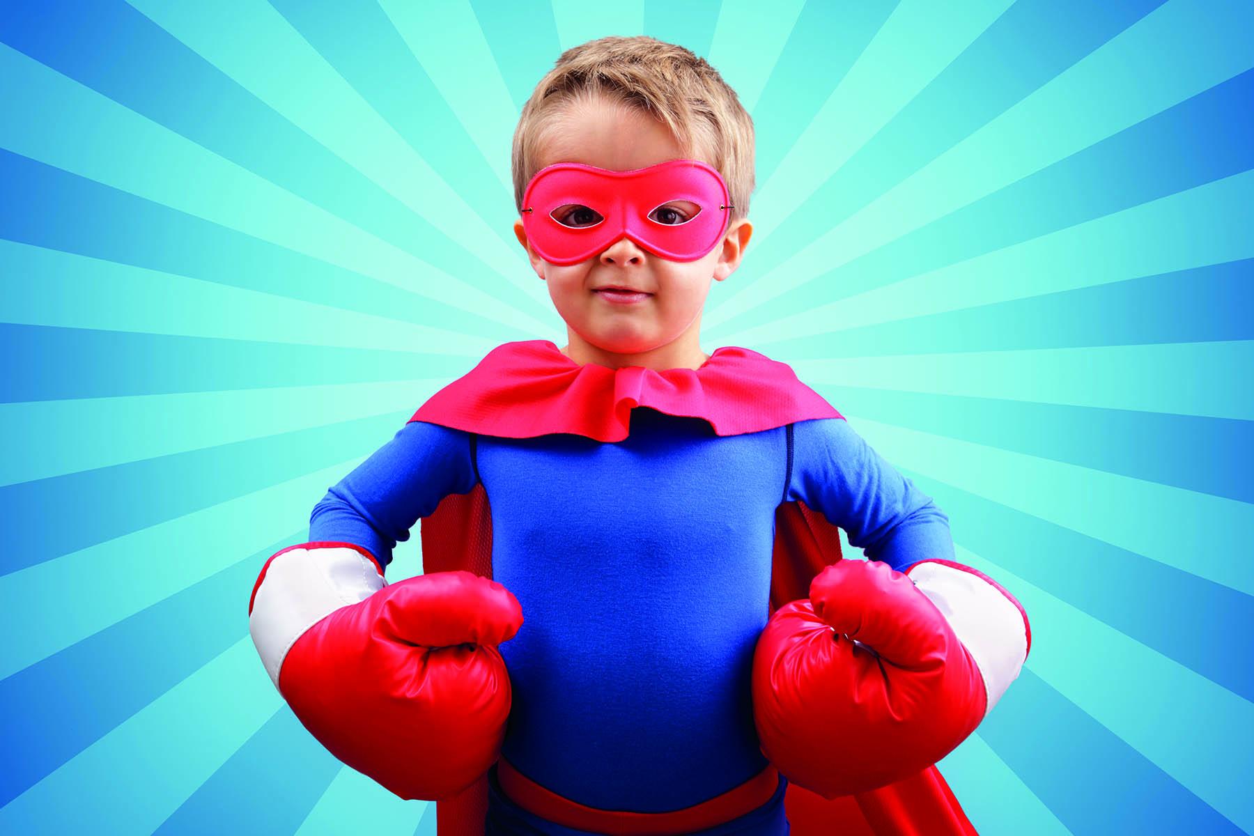 Pojke i röda boxhandskar, mask och mantel