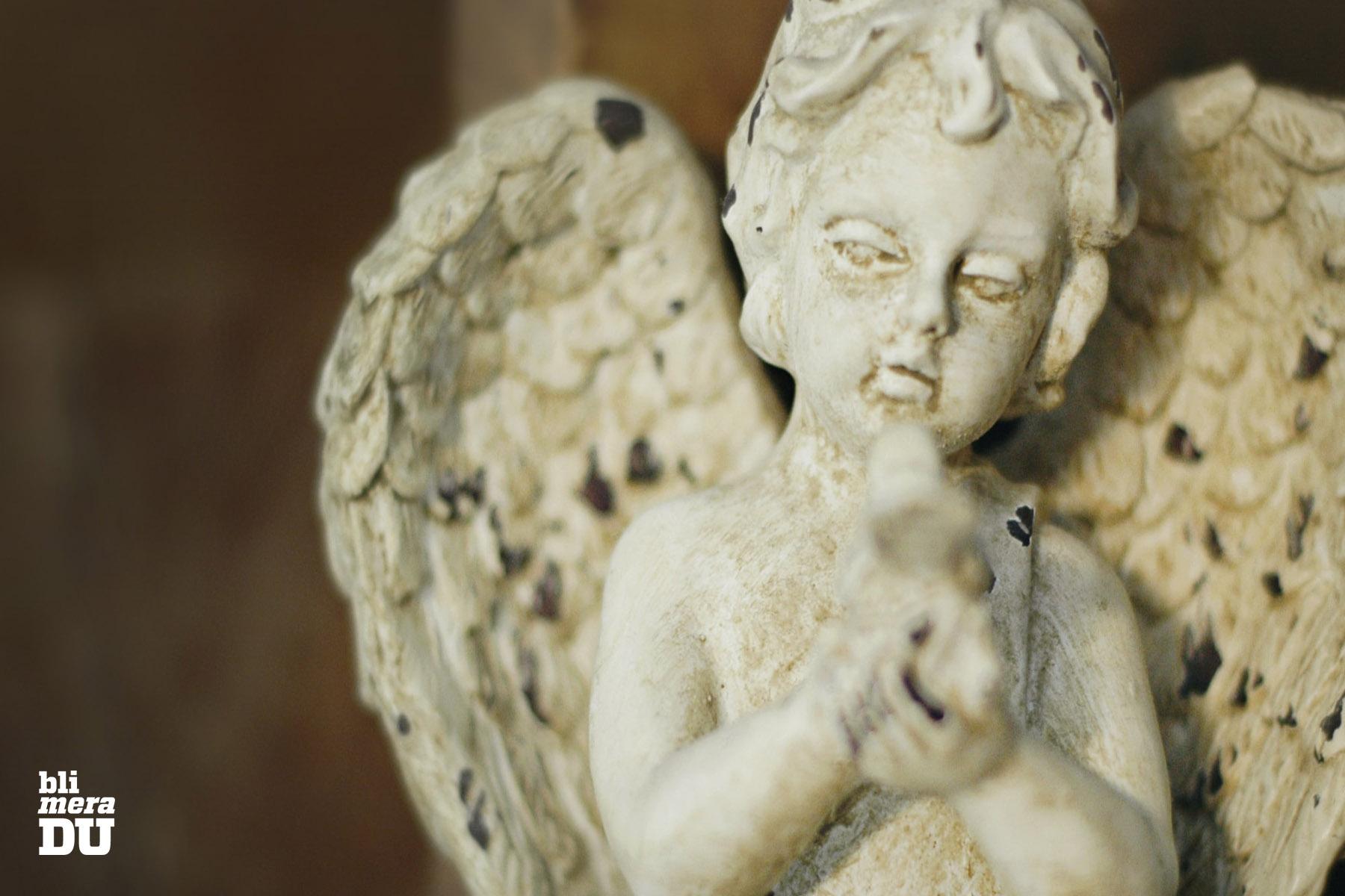 Sliten ängel i marmor